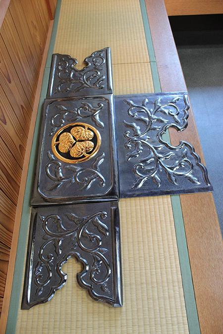 冠木木口の飾り金具です。